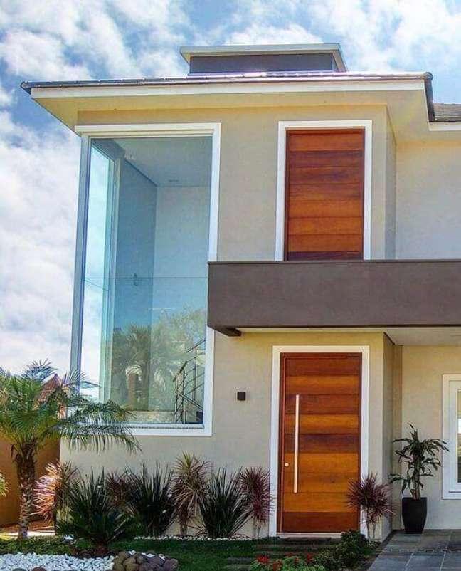 40. Fachada de vidro com porta de madeira – Foto Schramm Arquitetura e Engenharia
