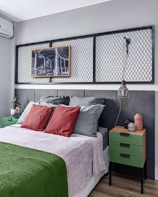 11. Almofadas para quarto de casal decorado com cabeceira de cama box cinza – Foto: Diycore