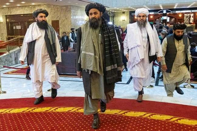 Cofundador e negociador do Taliban, mulá Baradar, e outros membros do grupo na conferência de paz afegã em Moscou, Rússia 18/03/2021 Alexander Zemlianichenko/Pool via REUTERS/Arquivos