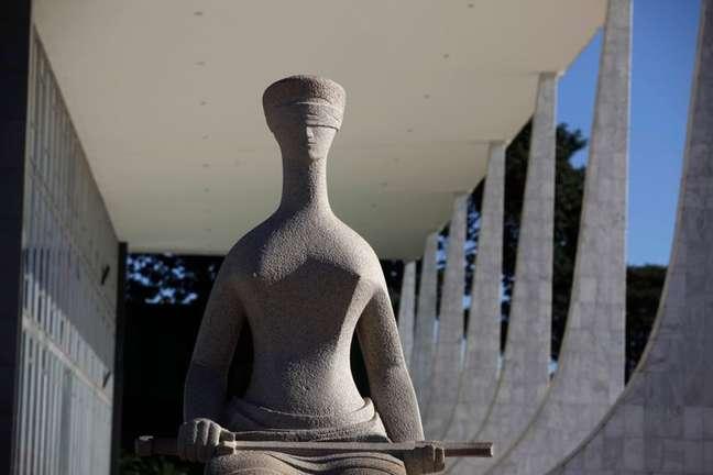 Estátua da Justiça em frente ao prédio do Supremo Tribunal Federal em Brasília 07/04/2010 REUTERS/Ricardo Moraes