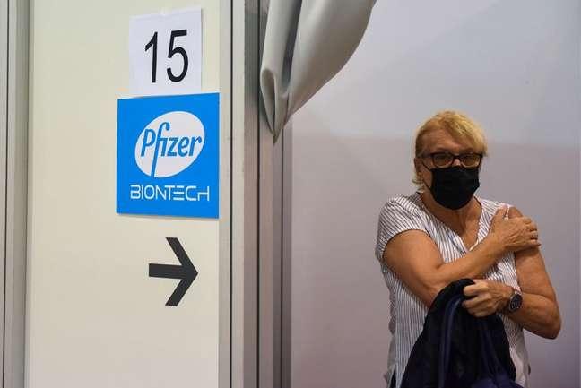 Mulher recebe dose da vacina da Pfizer contra a covid-19 REUTERS/Zorana Jevtic