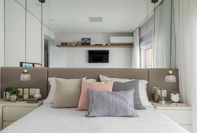 13. Cabeceira de cama box cinza para quarto pequeno decorado com parede espelhada – Foto: Decor Fácil