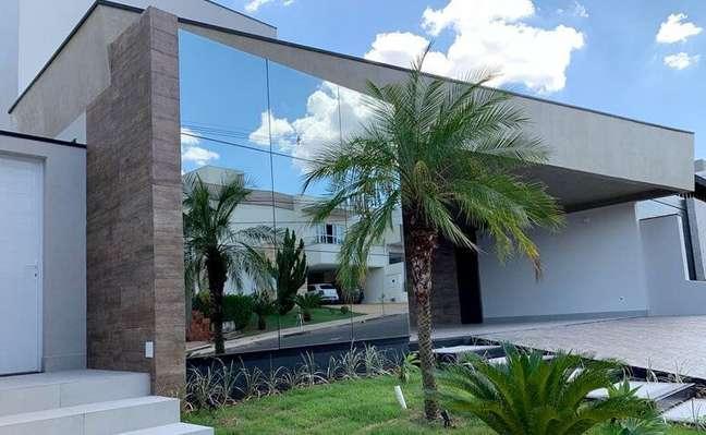 46. Fachada de vidro espelhado para casa moderna – Foto Eget Group