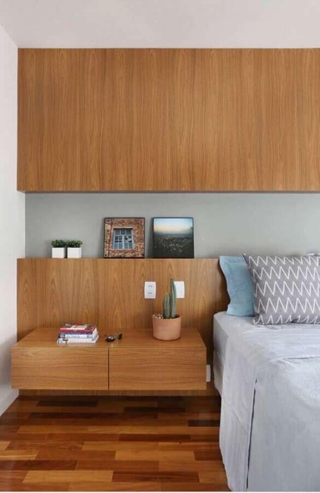 41. Decoração de quarto planejado com cabeceira de camas box com criado mudo de madeira – Foto: SP Estúdio