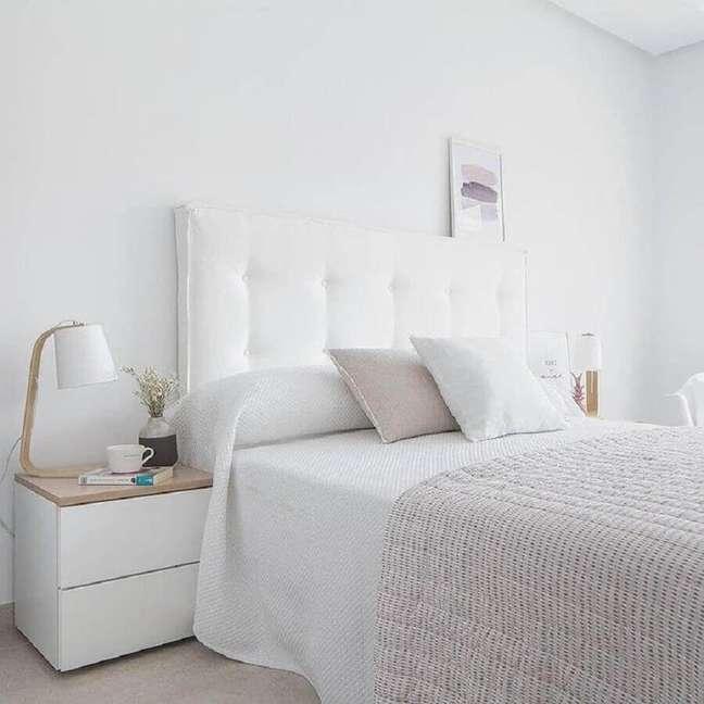 24. Cabeceira para cama box estofada para decoração de quarto branco – Foto: Kenay Home