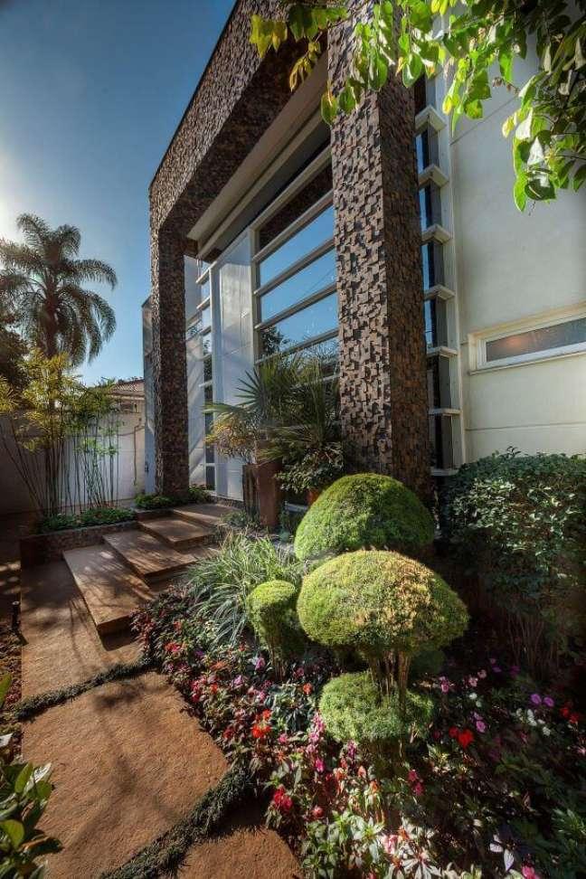42. Fachada de vidro com revestimento de pedras e plantas – Foto Aline Cobra Design e Arquiteturra