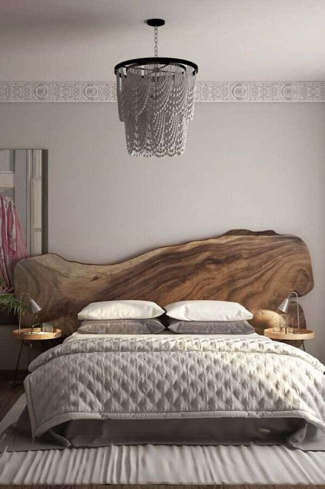 51. Quarto cinza decorado com cabeceira de cama box de madeira rustica – Foto: Karla Araújo Arquitetura + Interiores