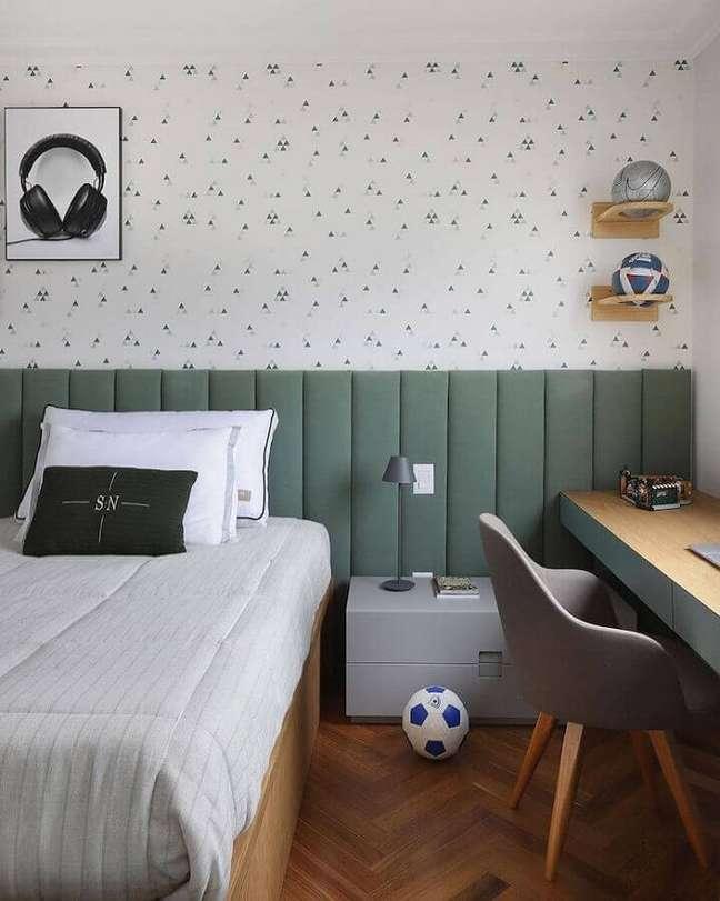 17. Cabeceira de cama box para quarto de solteiro decorado com papel de parede delicado – Foto: Mariana Orsi