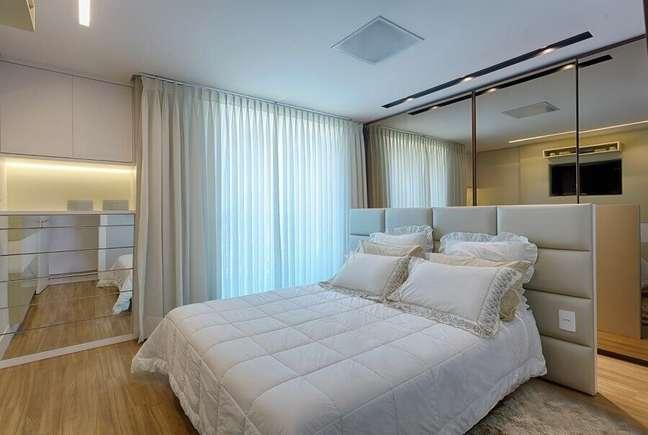 18. Cabeceira de cama box planejada para decoração de quarto de casal em cores neutras – Foto: Maria Laura Coelho