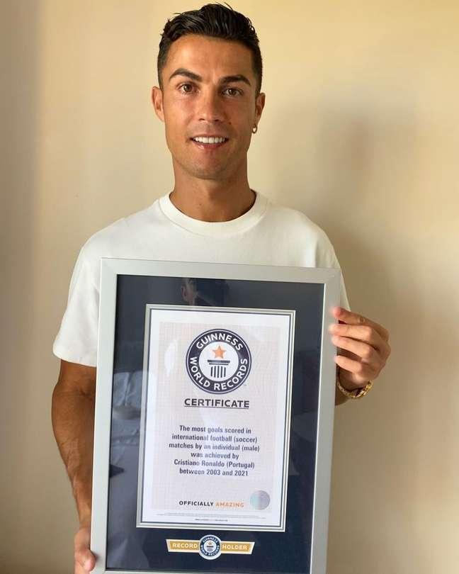 Cristiano Ronaldo posa com certificado do Guinness Reprodução Instagram@cristiano.jpeg