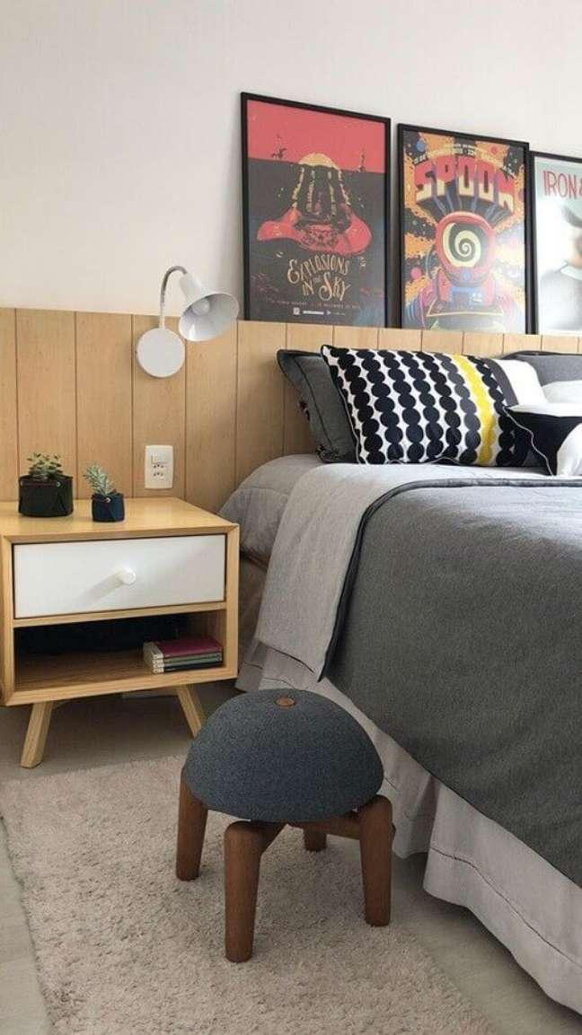 32. Decoração de quarto com quadros apoiados em cabeceira de cama box de madeira – Foto: Mira Studio