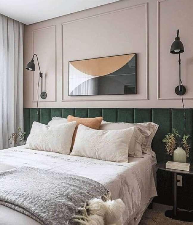 8. Cabeceira de cama box planejada verde para quarto decorado com boiserie – Foto: Arkpad