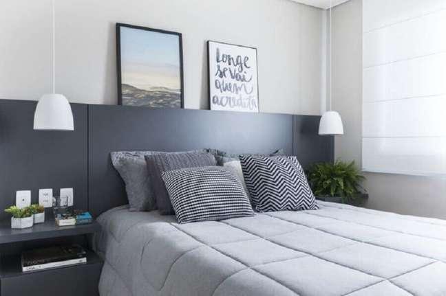 30. Decoração de quarto cinza e branco com cabeceira de camas box casal planejada – Foto: SP Estúdio