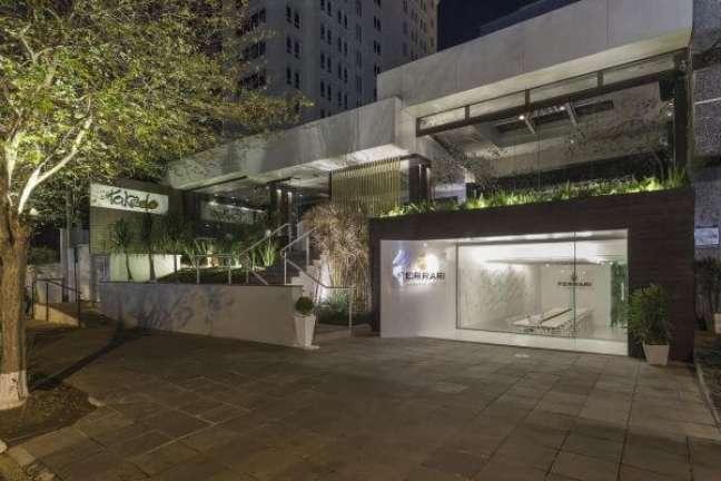 49. Fachada de vidro com logo na placa de vidro comercial – Foto Kali Arquiteturae