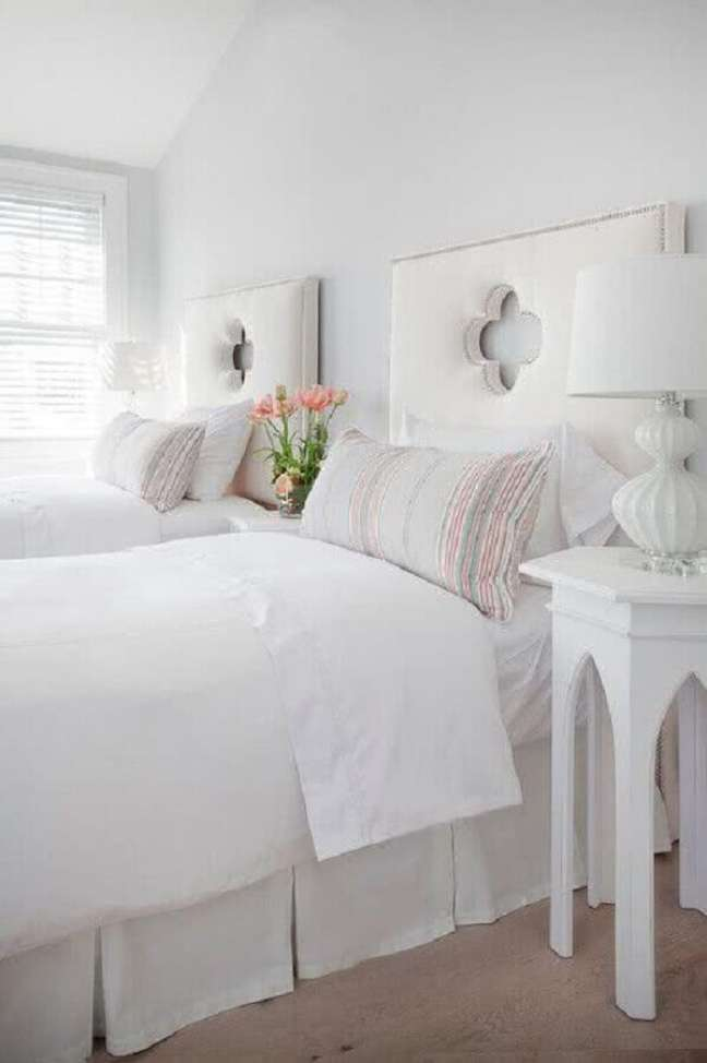27. Decoração de quarto branco com cabeceira de cama box solteiro estofada – Foto: DecorPad