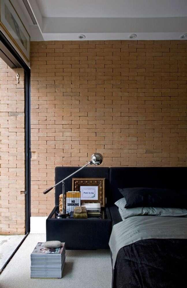 46. Parede tijolinho para quarto decorado com cabeceira de camas box com criado mudo – Foto: Guilherme Torres
