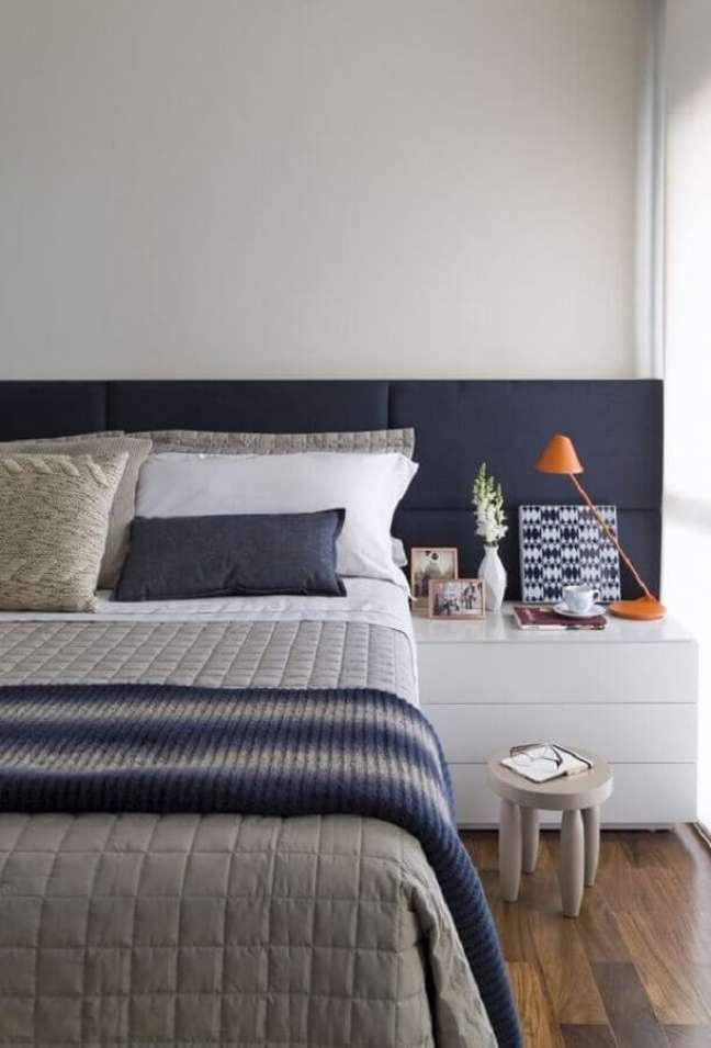 54. Quarto de casal azul e branco decorado com cabeceira de cama box estofada – Foto: Alain Brugier