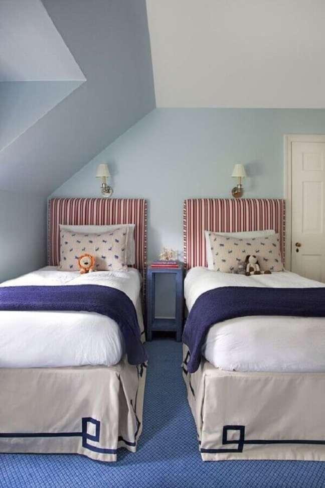 49. Quarto azul e branco decorado com cabeceira de cama box solteiro estofada – Foto: Casa Très Chic