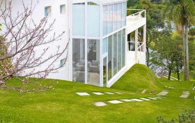 38. Fachada de vidro com persianas por dentro – Foto Idalia Daudt