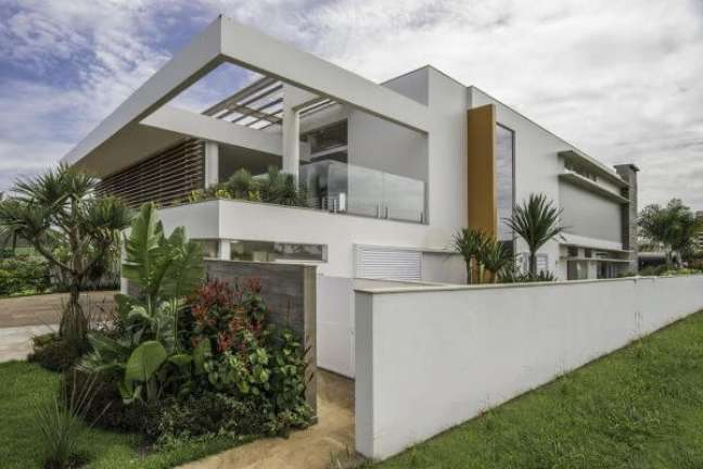 24. Fachada com guarda corpo de vidro e jardim – Foto Barillari Arquitetura