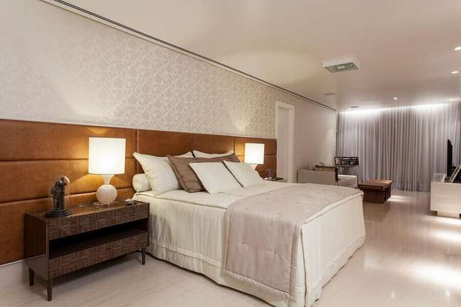 15. Cabeceira de cama box de couro para quarto grande decorado com papel de parede delicado – Foto: SQ+ Arquitetos Associados