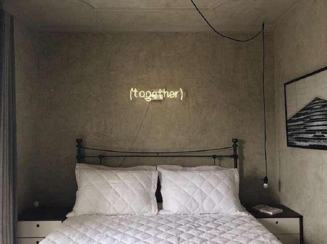 6. Cabeceira para cama box de ferro para decoração de quarto com parede de cimento queimado – Foto: Apartamento 33