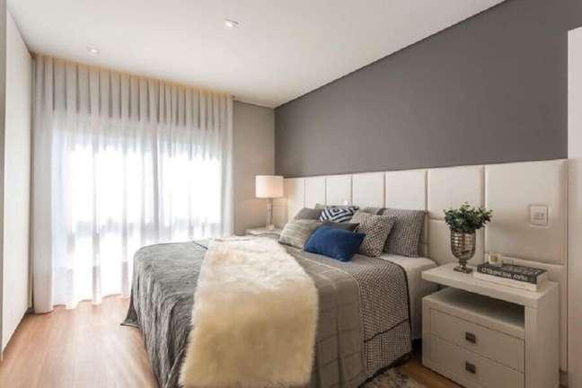 52. Quarto cinza grande decorado com cabeceira de cama box branca planejada – Foto: Cara Grudther Arquitetura