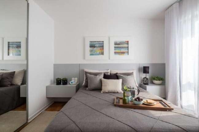 29. Decoração de quarto branco e cinza com cabeceira de camas box com criado mudo – Foto: SP Estúdio