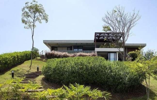 30. Fachada de casa de vidro com jardim na entrada – Foto Studio Clarica Lima