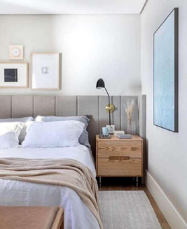 50. Quarto branco decorado com criado mudo de madeira e cabeceira de cama box planejada cinza – Foto: Eli Martins