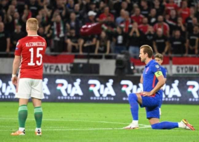 Kane se ajoelhou, mas húngaros ficaram de pé antes do jogo (Foto: ATTILA KISBENEDEK / AFP)