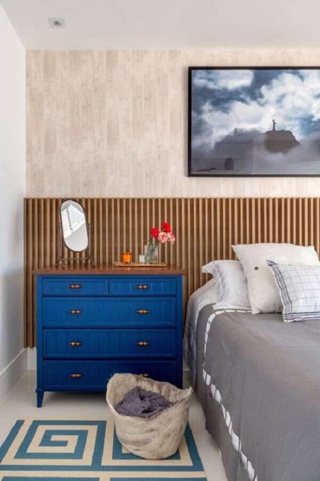 5. Cabeceira de cama box de madeira para decoração de quarto de casal com cômoda azul – Foto: Erica Salguero
