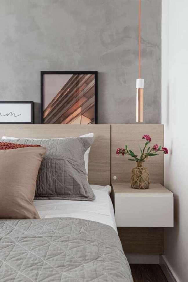 23. Cabeceira para cama box de madeira para quarto moderno decorado com parede de cimento queimado – Foto: Rúbia M. Vieira Interiores