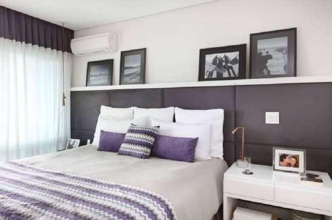 25. Cabeceira para cama box estofada para decoração de quarto de casal cinza e branco – Foto: Renata Cafaro