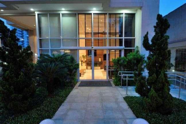 32. Fachada de casa de vidro com portas de vidro e persiana de aluminio preta para garantir a privacidade – Foto Rafael Guimaraes
