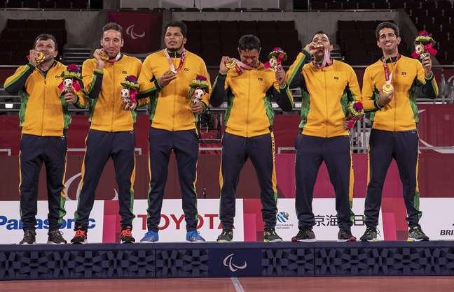 Jogadores da Seleção de goalball comemoram ouro inédito na Paralimpíada no Japão nesta sexta-feira Alê Cabral CPB