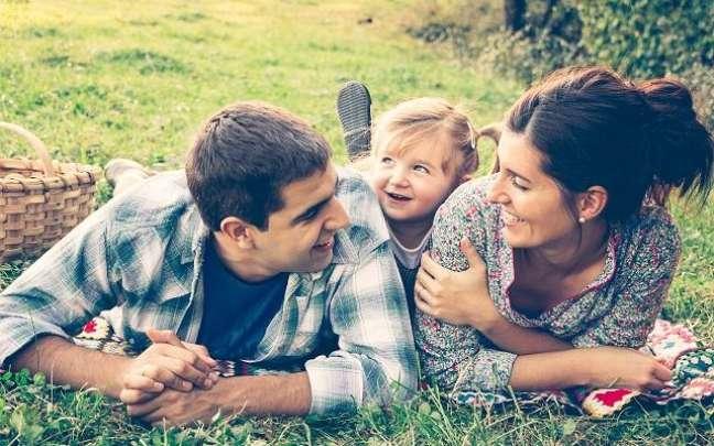 Pic-nic com pai, mãe e filho para proteger a família -