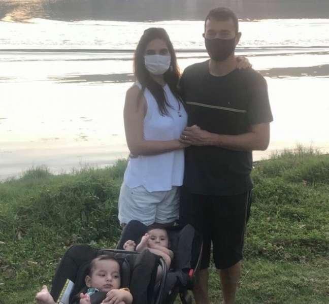 André Rizek acompanhado de Andreia Sadi e filhos (Foto: Reprodução)