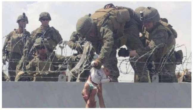 Bebê foi passada pela família em momento de desespero após tomada de Cabul