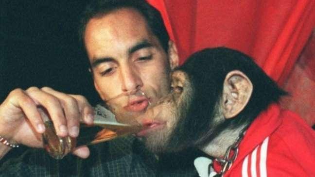 Edmundo dando cerveja a um chipanzé (Reprodução)