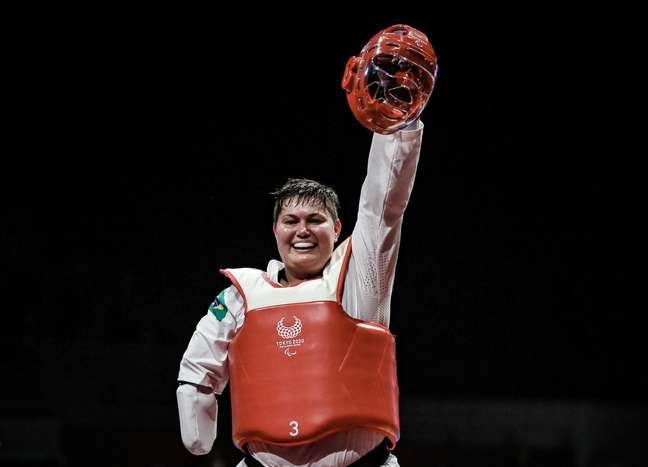 Debora Menezes, da categoria k44 +58kg, festeja medalha na Paralimpíada de Tóquio Wander Roberto CPB