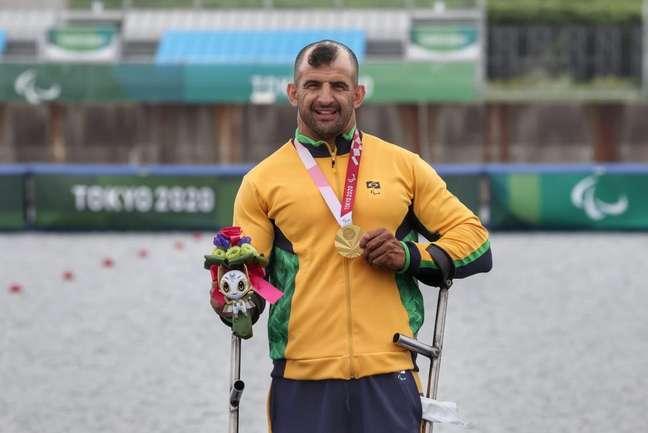 Fernando Rufino mostra a medalha de ouro conquistada na Paralimpíada em Tóquio Miriam Jeske CPB