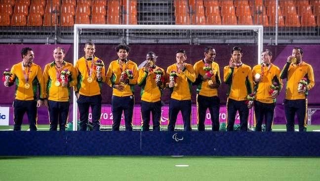 Jogadores brasileiros do futebol de 5 exibem a medalha de ouro conquistada em Tóquio Alê Cabral CPB