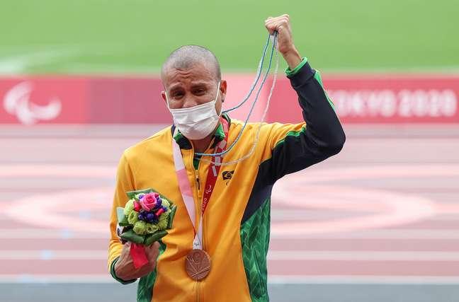 Ricardo Gomes recebe a medalha de bronze dos 200m no Estádio Olímpico nos Jogos Paralímpicos de Tóquio Matsui Mikihito CPB
