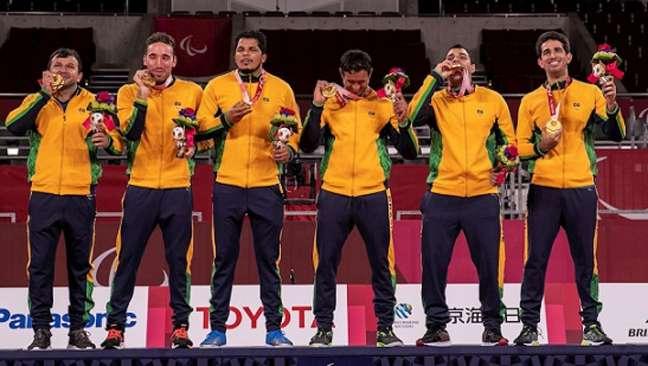 Jogadores do Brasil exibem a medalha de ouro no goalball (Foto: Alê Cabral/CPB)