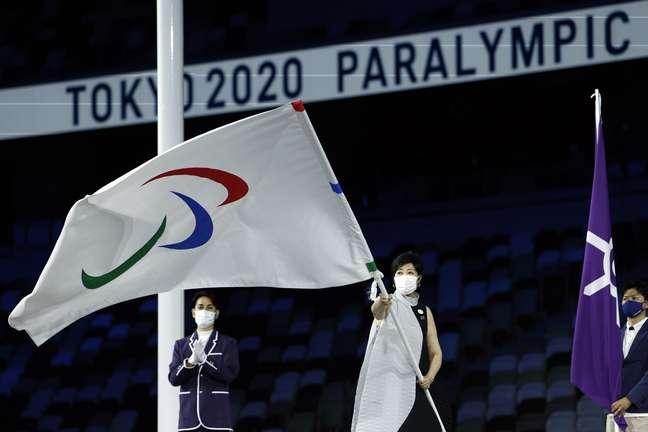 A governadora de Tóquio, Yuriko Koike, carrega a bandeira Paralímpica Issei Kato Reuters