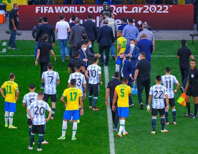 Jogo do Brasil e Argentina paralisado devido atuações irregulares de jogadores argentinos