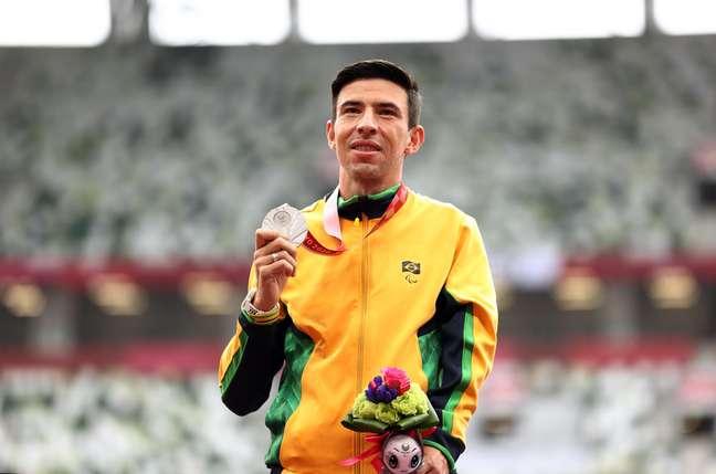 Alex Pires mostra com orgulho a medalha de prata conquistada neste domingo, a última da Paralímpíada para o Brasil Lisi Niesner Reuters