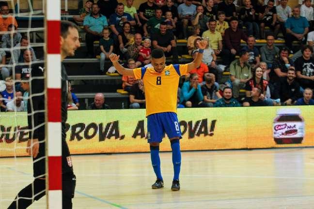 Léo deu lambreta, fez gol e foi um dos destaques da partida. (Foto: Divulgação/Douglas Pingituro)