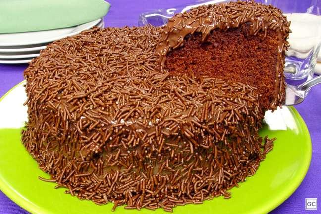 Guia da Cozinha - Receita de bolo de brigadeiro molhadinho